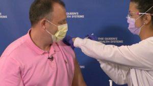 ハワイ州副知事 COVID-19ワクチンを接種