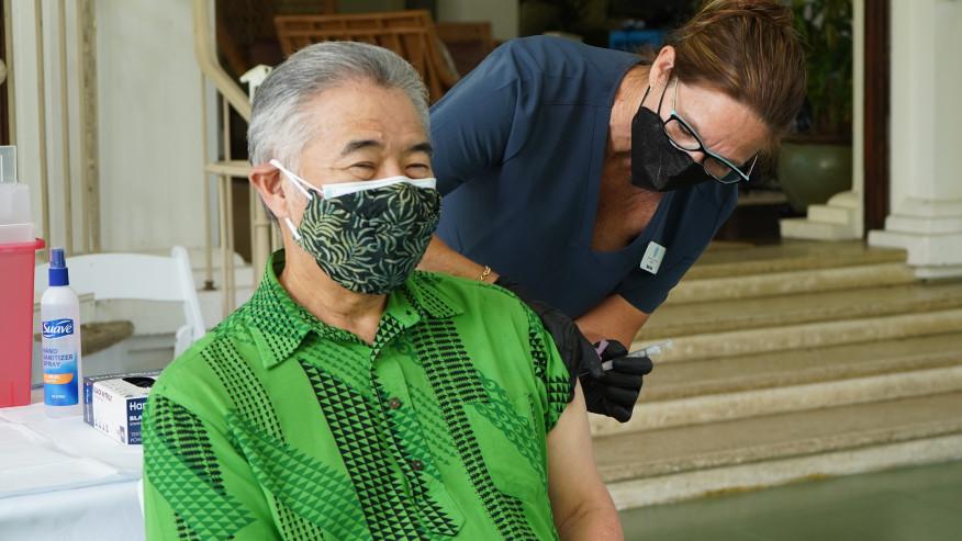 ハワイ イゲ知事はCOVID-19ワクチンの初回投与を受ける