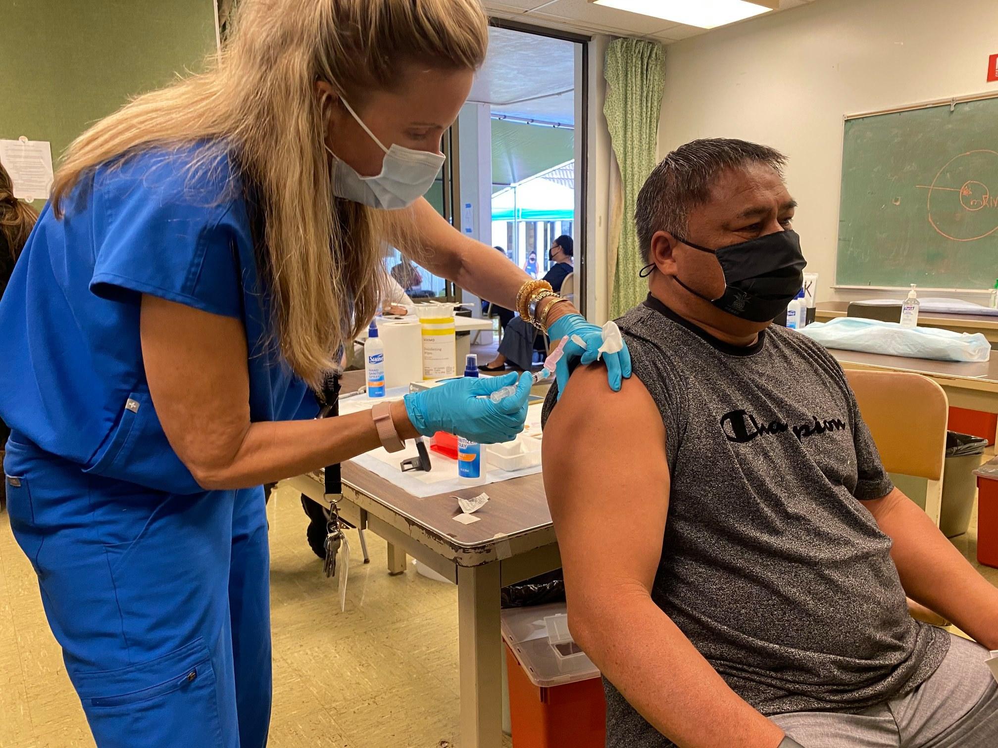 ハワイの医師は、3回目のワクチン接種が必要かどうかを知るには、まだ早すぎると言います